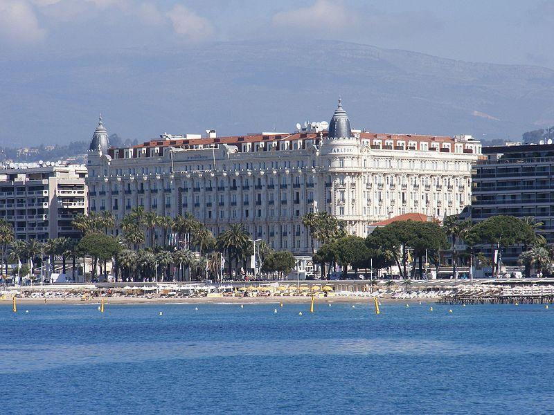 Hotel_Carlton_Cannes_Francja_-_widok_z_nowego_portu._-_panoramio.jpg